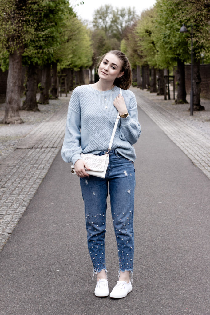 Pastell Look About You Pullover Mom Jeans mit Perlen Superga Sneaker