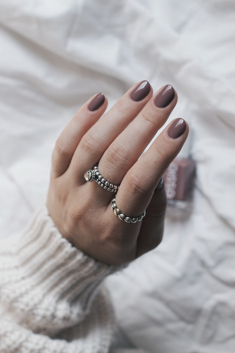 Review & Swatches: Essie - Clothing Optional (Wild Nudes Collection Fall 2017) - mehr auf www.little-emma.de