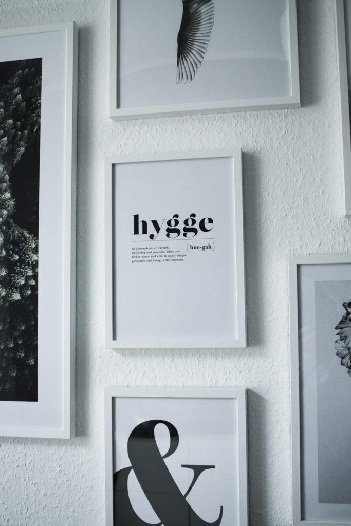 Einblick in unser Wohnzimmer - Meine Bilderwand mit Desenio - mehr auf www.little-emma.de