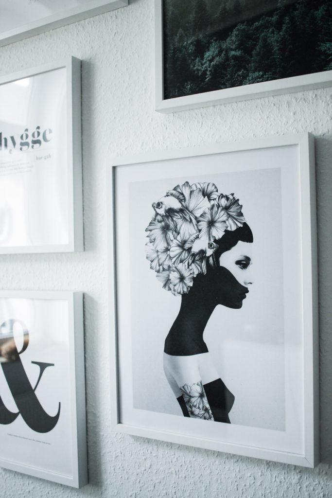 Ein Blick in unser Wohnzimmer - Meine Bilderwand mit Desenio - mehr auf www.little-emma.de